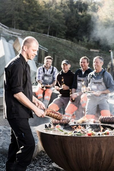 feuerring_spitzenkoch-chris-zueger-am-grillen
