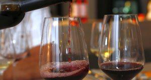Wein eingießen