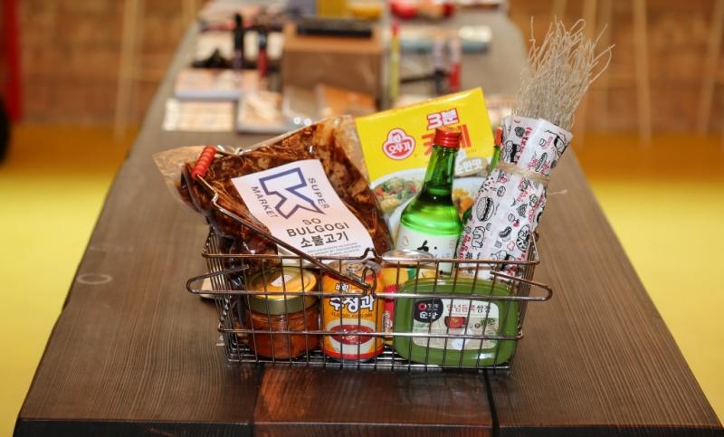 Koreanischer Supermarkt Korb mit Allerlei aus Korea